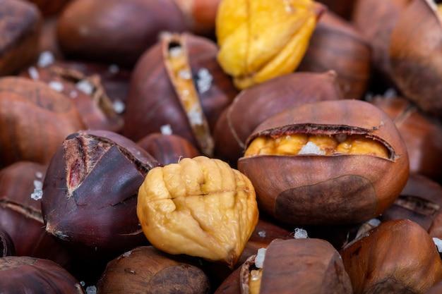Tradycyjne portugalskie danie z pieczonych kasztanów