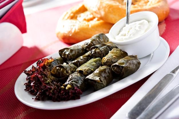 Tradycyjne potrawy arabskie, talerz dolmas.