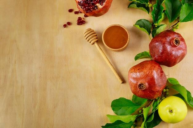 Tradycyjne potrawy na drewnianej powierzchni na żydowskie święto jom kippur.