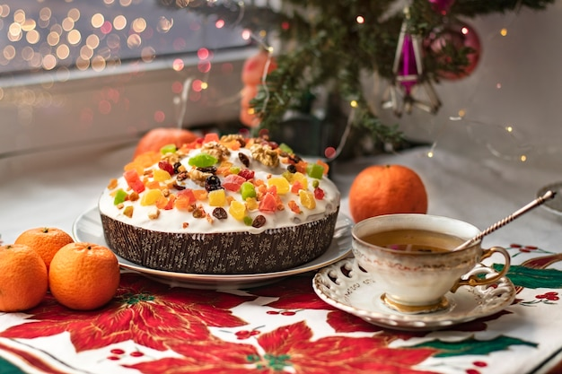 Tradycyjne potrawy świąteczne i noworoczne. pannetone, stollen, ciasto z kandyzowanymi orzechami, herbata w filiżance