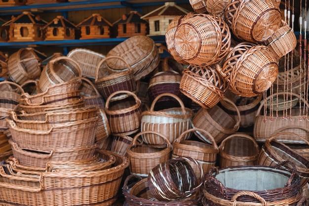 Tradycyjne ręcznie robione kosze w sklepie ulicznym