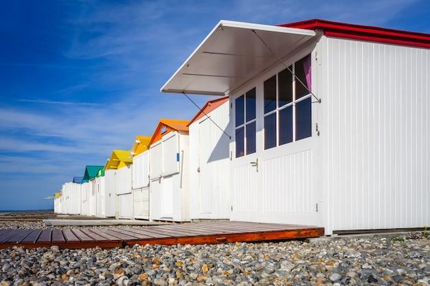 Tradycyjne schroniska plażowe w le-treport, normandia, francja