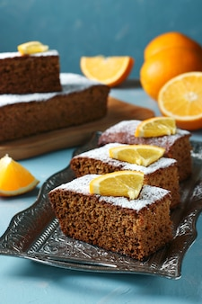 Tradycyjne słodkie ciasto miodowe w święto rosz haszana żydowskiego nowego roku, na niebieskiej powierzchni