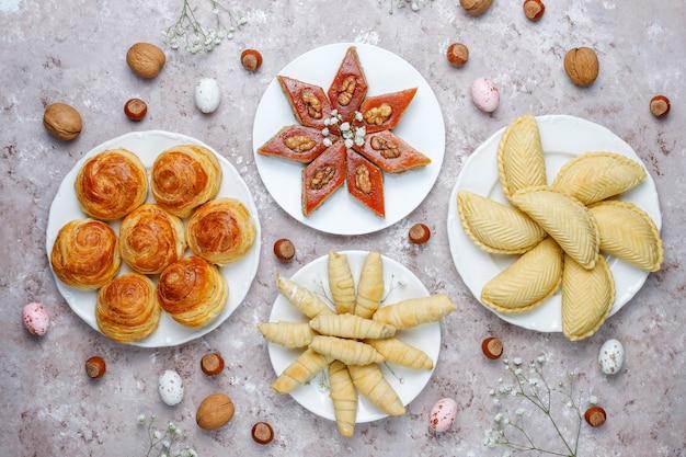 Tradycyjne słodycze azerskie shakarbura, bakhlava, qogal, ciasteczka mutaki, święto azerbejdżanu novruz.