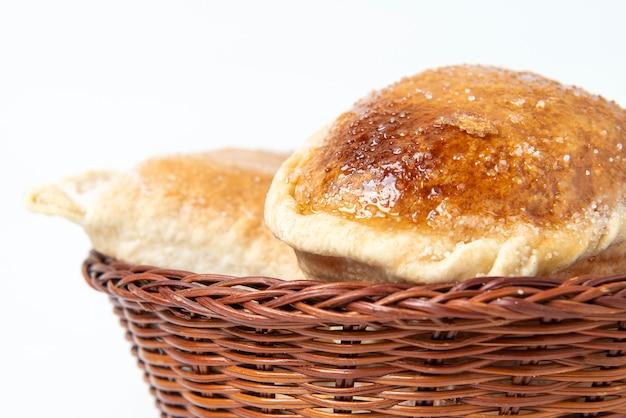 """Tradycyjne słodycze peru: """"empanadas globo"""". słodkie słodkie białe tło."""