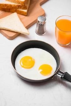 Tradycyjne śniadanie z jajkiem sadzonym na talerzu