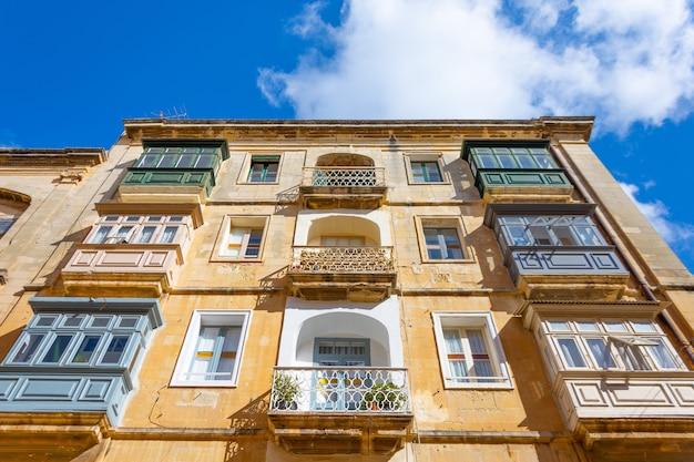 Tradycyjne stare balkony w budynku mieszkalnym miasta.