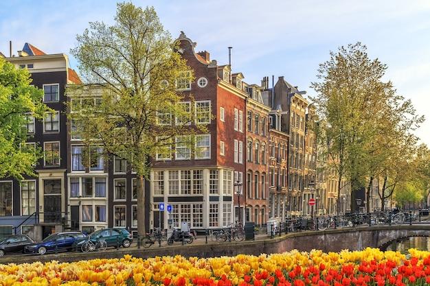 Tradycyjne stare budynki w amsterdamie, holandia