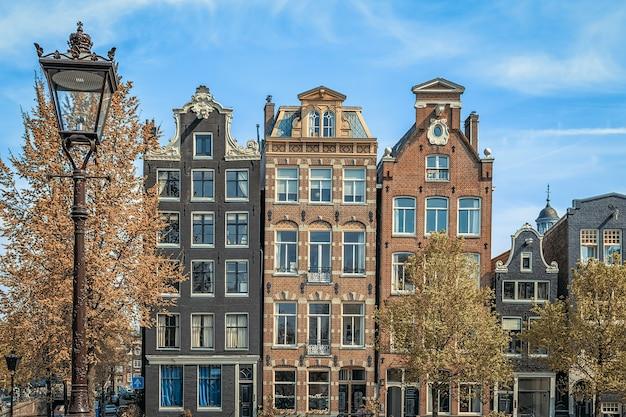 Tradycyjne stare budynki w amsterdamie