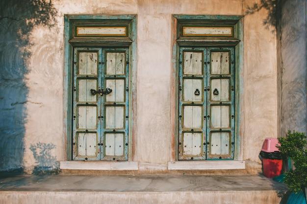 Tradycyjne stare drzwi na ścianie domu, styl vintage