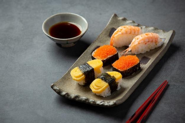 Tradycyjne sushi na ciemnej powierzchni