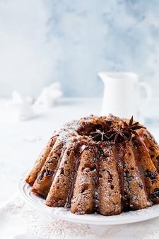 Tradycyjne świąteczne ciasto owocowe, budyń na białym talerzu. widok z góry.
