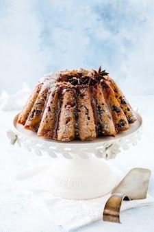 Tradycyjne świąteczne ciasto owocowe, budyń na białym talerzu