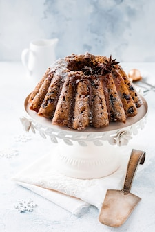 Tradycyjne świąteczne ciasto owocowe, budyń na ceramicznym białym stojaku. widok z góry. skopiuj miejsce.