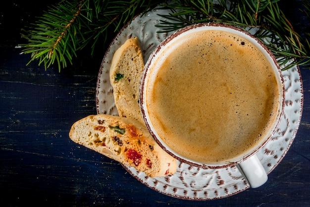Tradycyjne świąteczne pieczenie biscotti cantucci