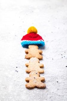 Tradycyjne świąteczne pieczenie. piernikowy ludzik
