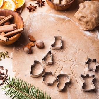 Tradycyjne świąteczne pierniki gotują się na stole