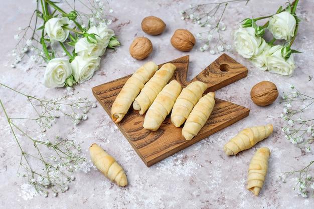 Tradycyjne święta azerbejdżańskie ciasteczka novruz mutaki na białym talerzu