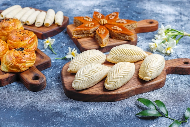 Tradycyjne święto azerbejdżanu słodycze novruz, szekerbura, qogal, paxlava, mutaki.