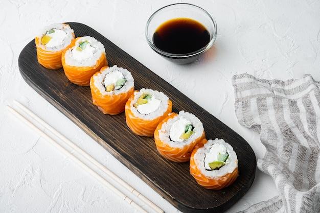 Tradycyjne świeże japońskie sushi zestaw rolek, na białym kamieniu