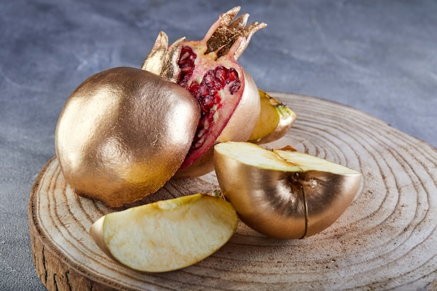 Tradycyjne symbole: granat i jabłko