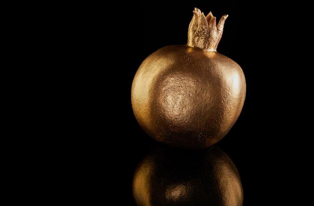 Tradycyjne symbole: złoty granat w całości na czarnym tle.