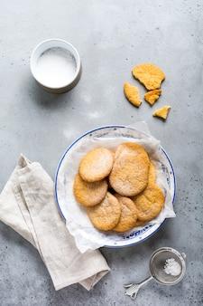 Tradycyjne szwedzkie ciasteczka dream lub drommar na starym szarym tle vintage. widok z góry