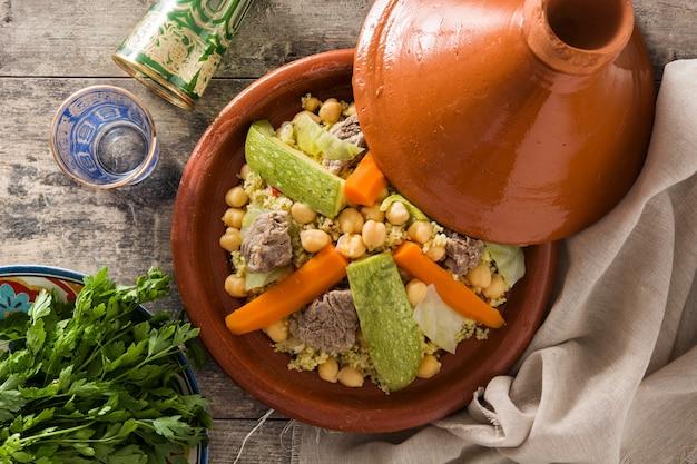Tradycyjne tajine z warzywami, ciecierzycą, mięsem i kuskusem