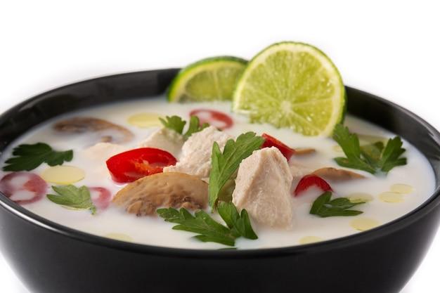 Tradycyjne tajskie jedzenie tom kha gai na białym