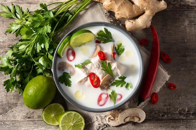 Tradycyjne tajskie jedzenie tom kha gai w misce