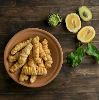 Tradycyjne tequenos z układem serów