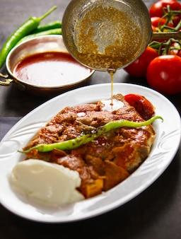 Tradycyjne tureckie jedzenie z sosami