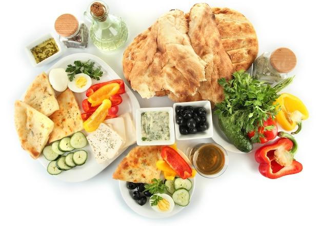 Tradycyjne tureckie śniadanie na białym tle