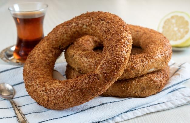 Tradycyjne tureckie śniadanie z okrągłego bajgla - simit z sezamem i turecką herbatą