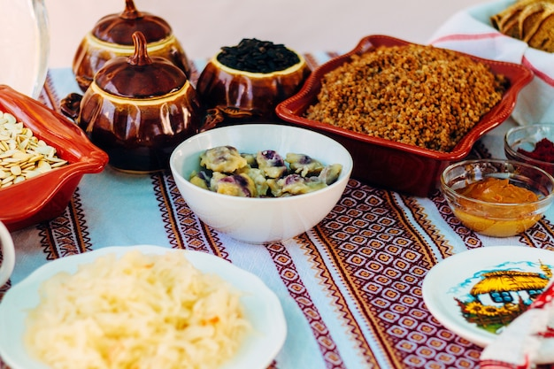 Tradycyjne ukraińskie jedzenie w asortymencie w świątecznej dekoracji