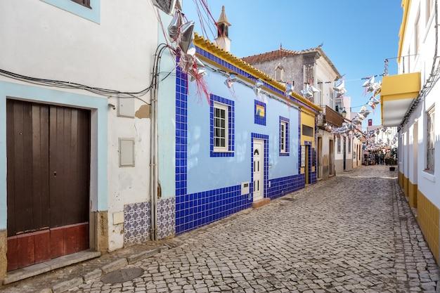 Tradycyjne ulice przed wakacjami w ferragudo.