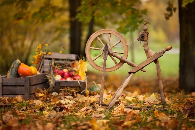 Tradycyjne urządzenia, koncepcja sprzętu do krawiectwa vintage. staroświecki drewniany kołek, wrzeciono, kołowrotek. staroświecki drewniany kądziel. retro. zabytkowe. rosja. białoruś. ukraina