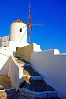 Tradycyjne wiatraki grecji. wyspa santorini
