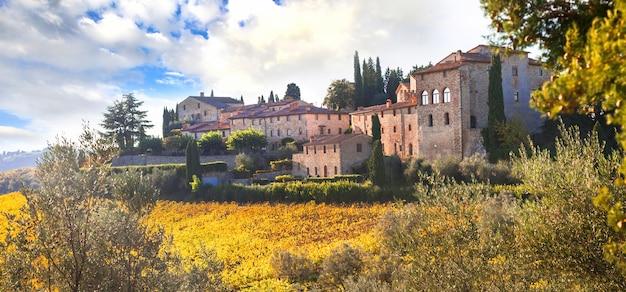 Tradycyjne wiejskie krajobrazy toskanii. chianty winorośli region.scenic stara wieś, włochy