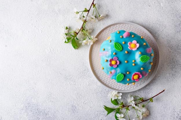 Tradycyjne wielkanocne ciasto z polewą