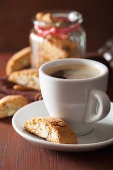 Tradycyjne włoskie ciasteczka cantuccini i kawa