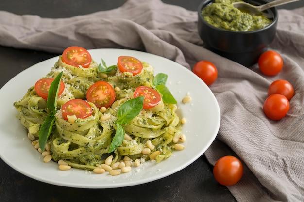Tradycyjne włoskie danie. makaron z pesto na czarno