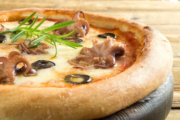 Tradycyjne włoskie danie, pyszna pizza