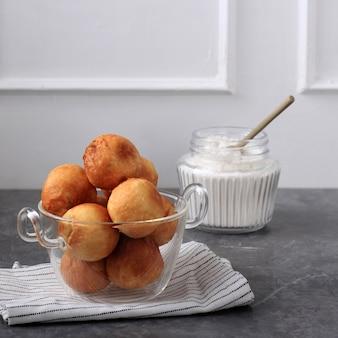 Tradycyjne włoskie pączki bomboloni nadziewane dżemem truskawkowym