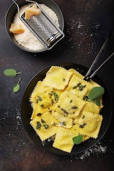 Tradycyjne włoskie ravioli z masłem, szałwią i serem