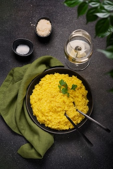 Tradycyjne włoskie risotto z szafranem, widok z góry na dół