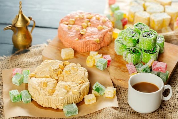Tradycyjne wschodnie desery na drewnianym tle