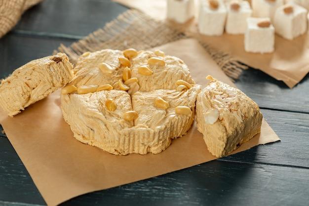 Tradycyjne wschodnie desery na drewnianym