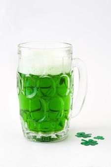 Tradycyjne zielone piwo st patrick's day na białym tle.