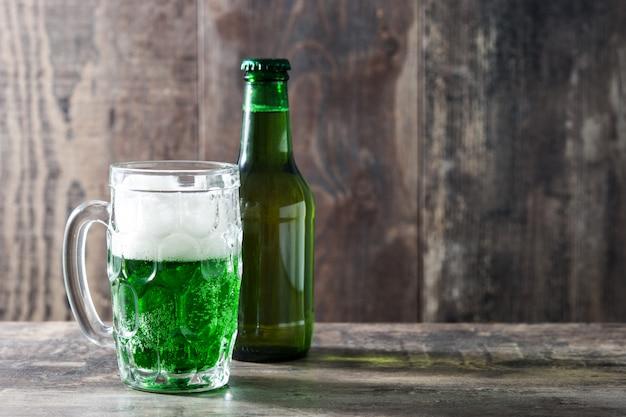 Tradycyjne zielone piwo st patrick's day na drewnianym stole kopii przestrzeni